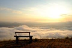 Sediamosi e vediamo la nebbia Fotografia Stock Libera da Diritti