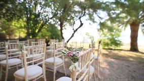 Sedie ad una cerimonia di nozze Decorato con le disposizioni dei fiori video d archivio