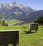 Sedie all'aperto con panorama della montagna Fotografie Stock Libere da Diritti