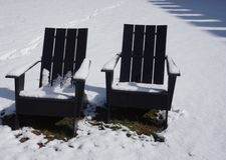 Sedie all'aperto di Adirondack nella neve Fotografia Stock