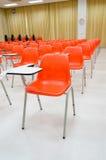 Sedie arancio in aula Fotografia Stock