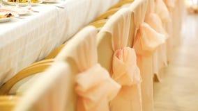 Sedie beige decorate con il nastro rosa closeup video d archivio