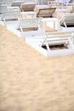 Sedie bianche dello stagno sulla spiaggia di sabbia Immagine Stock Libera da Diritti