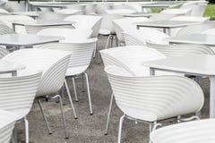 Sedie bianche e la geometria delle tavole Fotografia Stock