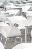 Sedie bianche e la geometria delle tavole Immagini Stock Libere da Diritti