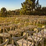 Sedie bianche su prato inglese per le nozze all'aperto soleggiate immagini stock libere da diritti