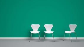 Sedie bianche sul fondo di verde smeraldo Fotografia Stock Libera da Diritti