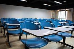 Sedie blu in aula Immagine Stock