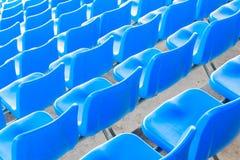 Sedie blu scuro vuote allo stadio di football americano Immagine Stock