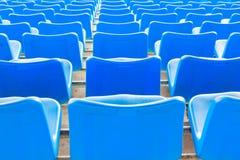 Sedie blu scuro vuote allo stadio di football americano Fotografie Stock
