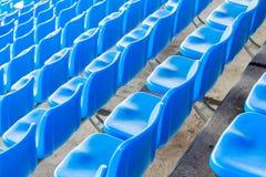 Sedie blu scuro vuote allo stadio di football americano Immagini Stock
