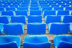 Sedie blu scuro vuote allo stadio di football americano Fotografia Stock Libera da Diritti