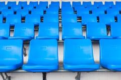 Sedie blu scuro vuote allo stadio di football americano Fotografia Stock