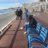 Sedie blu in una fila, a sud della Francia immagine stock libera da diritti