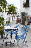 Sedie blu in villaggio spagnolo Immagini Stock