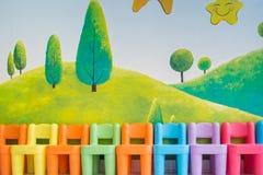 Sedie Colourful nella stanza dei giochi fotografia stock