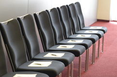 Sedie con i manoscritti di seminario e penne per gli addestramenti corporativi fotografia stock libera da diritti