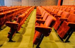 Sedie d'annata del corridoio del cinema immagini stock