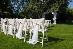 Sedie decorate bianche su un prato inglese verde Fotografie Stock Libere da Diritti