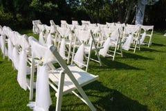 Sedie decorate bianche su un prato inglese verde Fotografia Stock Libera da Diritti