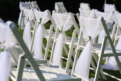 Sedie decorate bianche su un prato inglese verde Immagine Stock