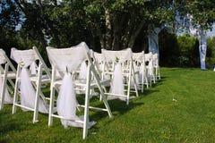 Sedie decorate bianche su un prato inglese verde Immagine Stock Libera da Diritti