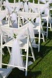 Sedie decorate bianche su un prato inglese verde Fotografie Stock