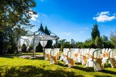 Sedie decorate sulle nozze all'aperto Fotografie Stock Libere da Diritti