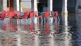 Sedie dei caffè all'aperto con acqua ad alta marea Immagini Stock Libere da Diritti