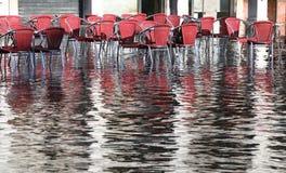 Sedie dei caffè all'aperto con acqua ad alta marea Immagini Stock