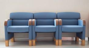Sedie del blu della sala di attesa Fotografie Stock Libere da Diritti