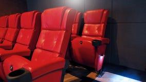 Sedie del sedile del cinema del cinema del cuoio di colore rosso fotografia stock libera da diritti