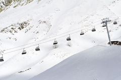 Sedie dell'ascensore di sci nelle montagne Fotografia Stock