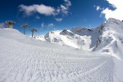 Sedie dell'ascensore di sci nelle montagne Fotografie Stock