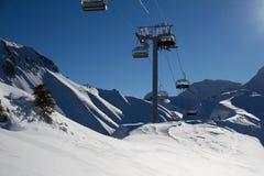 Sedie dell'ascensore di sci nelle montagne Immagini Stock Libere da Diritti