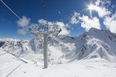 Sedie dell'ascensore di sci nelle montagne Fotografia Stock Libera da Diritti