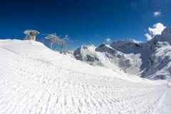 Sedie dell'ascensore di sci nelle montagne Immagini Stock
