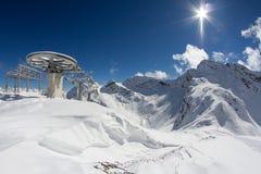 Sedie dell'ascensore di sci nelle montagne Immagine Stock Libera da Diritti