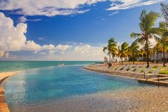 Sedie dello stagno dall'acqua del turchese su una spiaggia tropicale e su una cacca immagini stock libere da diritti