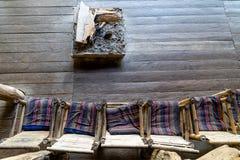 Sedie di bambù all'aperto tradizionali e del camino in vecchia casa fotografia stock libera da diritti