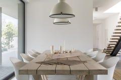 Sedie di bianco e del tavolo da pranzo Fotografia Stock