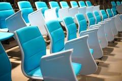 Sedie di conferenza nel corridoio di conferenza vuoto Fotografia Stock