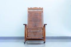 Sedie di legno adagiantesi fotografia stock libera da diritti