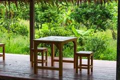 Sedie di legno affinchè si siedano e da rilassarsi immagini stock