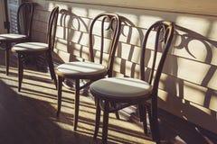 Sedie di legno in caffè Immagine Stock