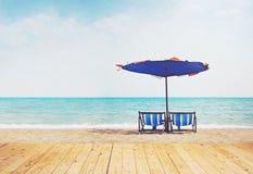Sedie di legno di spiaggia e del pavimento con il parasole Immagine Stock