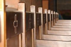 Sedie di legno interne della chiesa nella linea Fotografia Stock Libera da Diritti