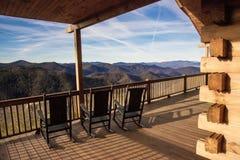 Sedie di oscillazione del cielo di North Carolina della cabina della città di Bryson Fotografia Stock