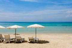 Sedie di salotto con l'ombrello di sole su una spiaggia Il Sun di ora legale sul cielo e la sabbia di rilassamento della spiaggia Immagine Stock
