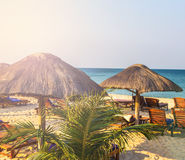 Sedie di salotto della spiaggia sotto la tenda sulla spiaggia Fotografia Stock Libera da Diritti